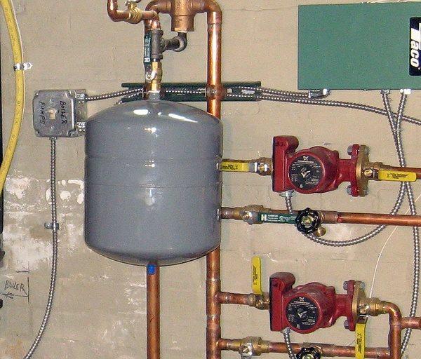 Подведение труб и счетчиков к расширительному баку отопления