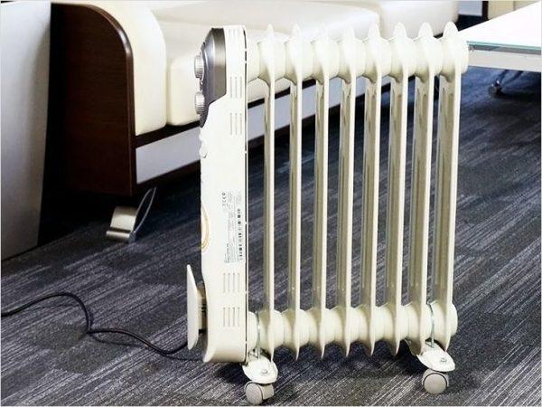 Электрический масляный радиатор - это обогревающее устройство, представляющее собой полую «гармошку» из металла, заполненную минеральным маслом.