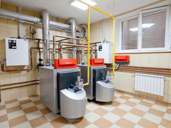 Небольшое котельное помещение с газовыми котлами в промышленном здании