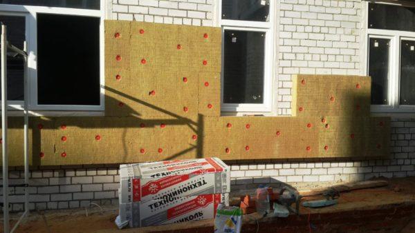 Утепления фасада здания пенополистиролом или минеральной ватой
