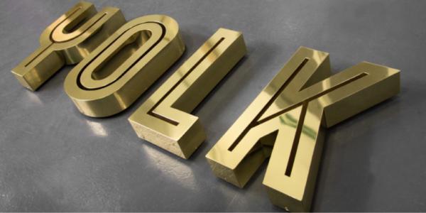Изготовление вывески из металлических букв - занятие не из дешевых, поэтому чаще всего их заказывают престижные магазины, крупные организации и коммерческие учреждения.